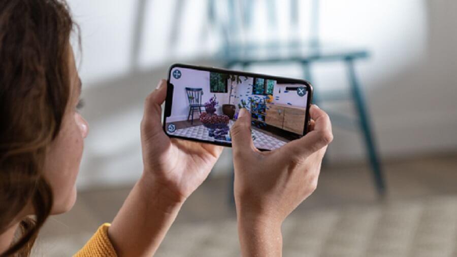 Apple-iPhone-Xs-hands_screen